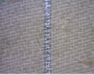 Hihavuorikankaassa oleva hopeinen raita on painettu kankaaseen. Nelivartinen pomsisidos.